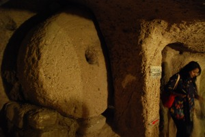 Ez a nagy kő blokkolta a bejáratot, ha ntámadás éri a barlanglakókat / This big round stone closed the entrance of the caves if in case of attack