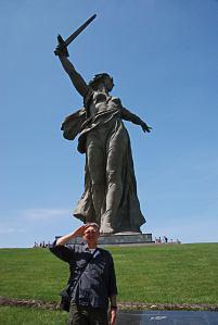 Tisztelgés Volgograd szimbóluma előtt