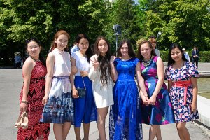 Iskolás lányok Almaty-ban / Schoolgirls in Almaty