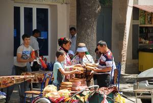 Utcai kenyérárus / Selling bread on the street