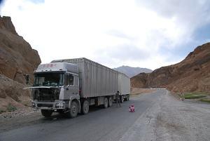 Egy Kínai kamion. A típusát nem ismerem. 336 LE és a raksúly 36 t. Tádzsikisztánban nincs súly ellenőrzés. Ezzel a súllyal mennek végig a Pamir Highway-en. Cinese truck. I do not know its brand, but it has 336 HP and the payload is 36 ton. In Tajikistan there is not weight control so they load the trucks up as much as they can. The go with this weight through the Pamir Highway.