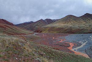 Ez a vörös iszap nehezítette a lejutást a hágóról a hóesésben This red mud made the descending difficult from the Pass