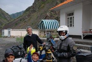 Török motorosok társaságában és természetesen a helyi lurkók. Together with the Turkish bikers and local kids