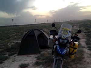 Esti táborhely. Nem éppen ideális, de egy éjszakára megteszi. / My campsite. Not the best, but it will do for one night.
