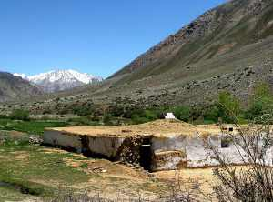 Tádzsik, vagy Kirgiz ház a Pamíron. Középen 1 db kályhával fűtik. Tajik or Kirgiz house on the Pamir. It ois being heated with one fireplace in the middle.