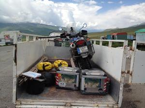 A motor a teherautó hátulján pihen. The bike is resting in the back of the truck