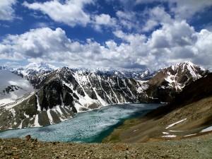 Befagyott tó a hegyekben / Lake still frozen up in the mountain