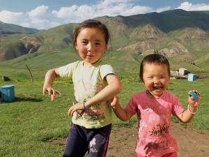 Kirgiz gyerekek örülnek / Kyrgyz kids are happy and dancing