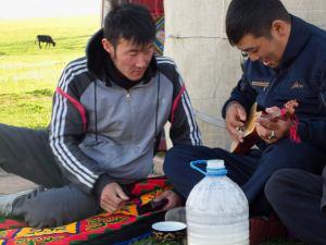 Gitározás és kumisz / Playing the gitar and drinking Kumis
