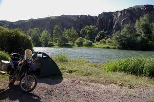 A folyó melletti táborhely. / My campsite by the river.