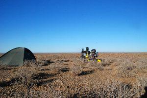 Szükségtáborhely a sivatagban / Campsite in the desert.