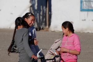 Mongol gyerekek zavarban vannak a fényképezőgéptől / Mongol kids feel uncomfortable because I had my camera in hand