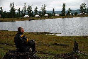 Elmélkedés a Hovsgol tónál. / Relaxing by the Hovsgol Lake.