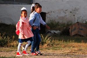 De nehéz az iskolatáska ... / Kids going to school